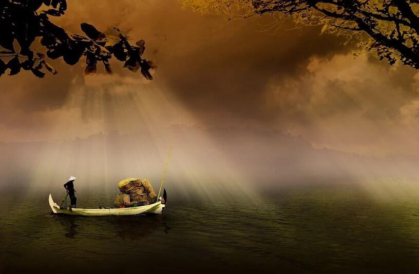 Personne seule dans un bateau sur l'eau